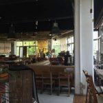 箕面船場オーダーメイド家具でくつろげる開放感あふれるカフェ。スクエアファニチャーコーヒースタンド。